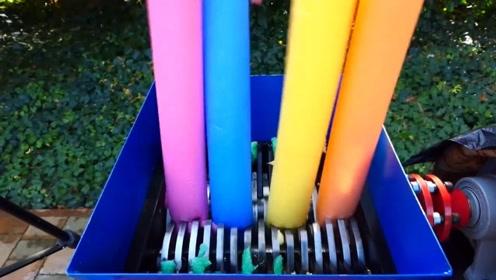 彩色泡沫条塞进粉碎机中,画面很减压!