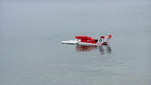 当男子把他的快艇放入水中,启动后惊呆了众人