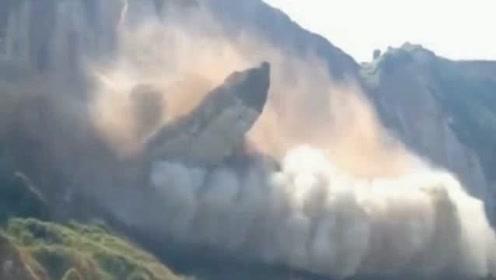 游客在山脚玩耍,山体突然发出异常声响,下一秒天堂变地狱!
