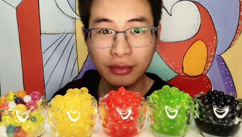"""眼镜哥吃趣味零食""""杯子爆爆珠"""",彩色多果味大口吃爆浆才够味"""