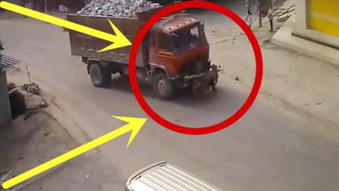 摩托车男子与货车硬碰硬,白衣男子目睹全程,太可怕!