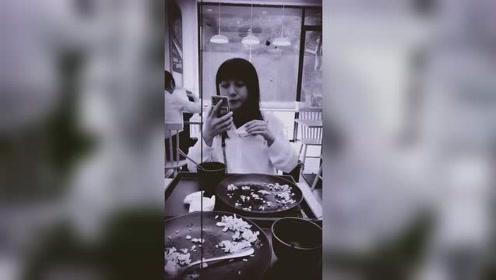 80年代末期,一位女士拿着类似手机的镜子擦拭着嘴巴