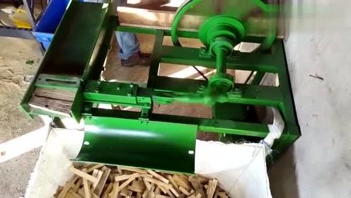 这机器的工作效率真高,切一天的木头够烧一个冬天的!
