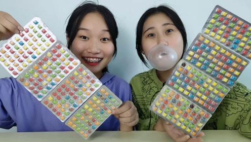 """俩妹子试吃""""水果味口香糖"""",五颜六色一大张,硬硬甜甜吹泡泡"""