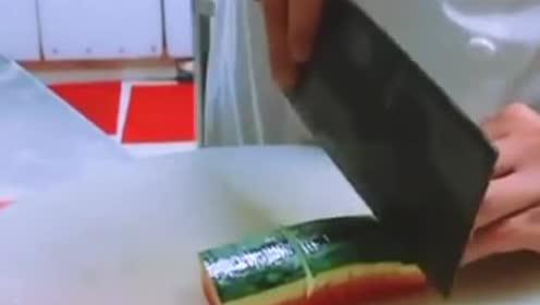 西瓜的新切法,大厨教你这样切,特别的漂亮大气!