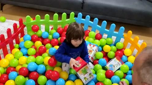 小男孩玩波波球-儿童亲子休闲娱乐