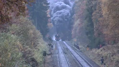 铁道上浓烟滚滚的蒸汽火车,好壮观,这才是真正的火车