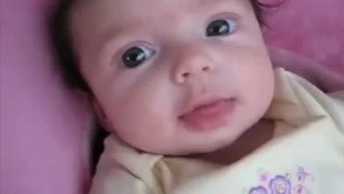 四个月小宝宝十足是个话痨,没人理会就自己说唱,拼命四处找人聊