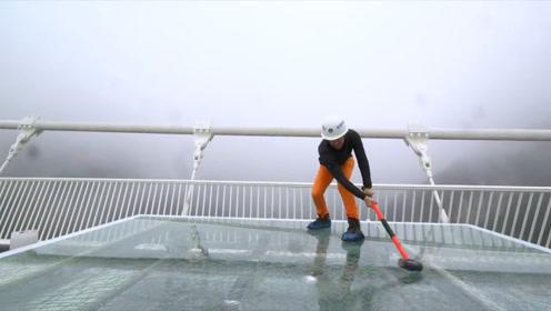 中国景区的玻璃栈道,究竟有多坚固?网友:锤子都砸不烂