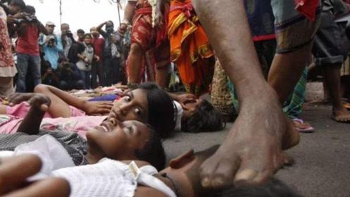 印度的奇葩风俗,女性想要怀孕直接躺在大街上,这是在做什么?