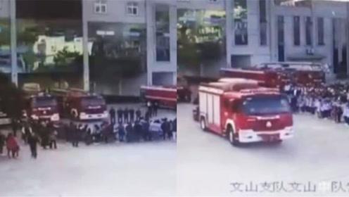 参观消防队时遇出警 学生们迅速散开让出通道