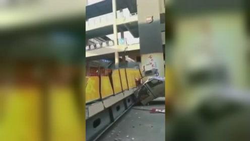 梅州一商业大楼人行天桥坍塌砸中面包车 现场画面曝光