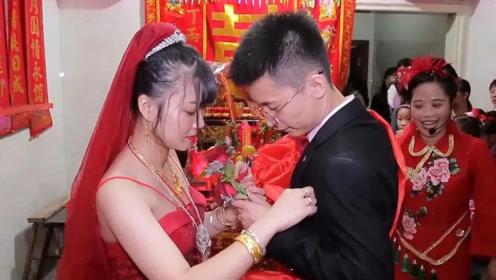 广东一农村小伙娶一空姐,入洞房有点激动,猜猜新娘的身材有多好
