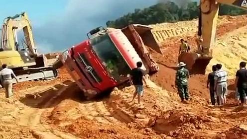 货车司机心里苦啊,刚装完准备开车走的,没想到刚转个弯整个车就翻了