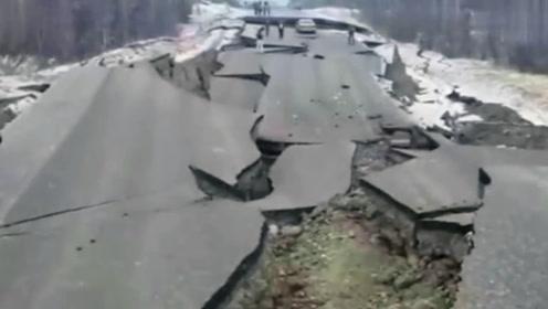 """公路出现断裂塌陷,场景神似电影画面,难道这是在""""演戏""""?"""
