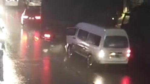 男子酒驾面包车追尾货车 车头受损严重自己被困车内