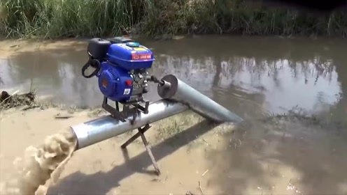 农村牛人用简单工具自制抽水泵,这技术农民太需要了