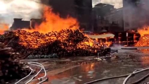 广东清远一木材厂大火殃及3栋居民楼 现场还有油罐情况紧急