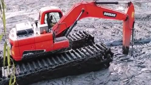 这是什么挖机啊,在这么深的淤泥上工作居然一点事都没有,厉害了!