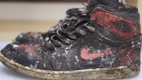 小伙野外捡到一双脏鞋,带回家清洗干净后,发现赚大了