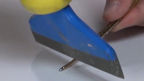 为什么太空笔会如此昂贵?实验人员切开观察,看到墨水找到了原因