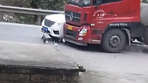 货车司机路口处超车 撞上转弯小车将其推行数米远
