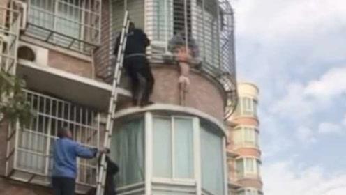 母亲下楼取快递,4岁女童悬窗外尖叫,辅警爬墙托举救回