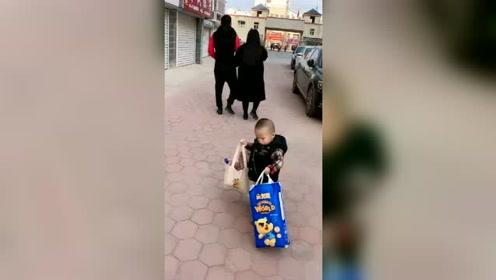 宝宝:你们两个逍遥自在,想让我拿东西,谁还没个脾气了!