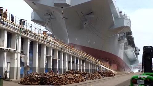 实拍巨型轮船下水瞬间,场面超震撼,堪比大片