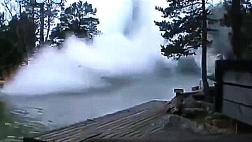 闪电击中河面,瞬间翻江倒海,大自然的力量太可怕了!