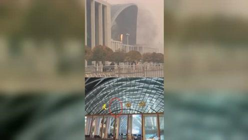"""天津西站大门起火""""津""""字疑被烧掉 网友:多灾多灾的车站"""