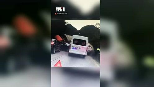 云南文山警车救护车多车相撞 车祸瞬间交警跳栏逃生