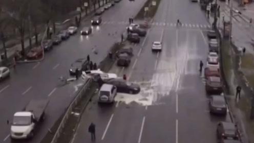 害人害己 俄司机酒驾连撞10余辆车