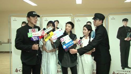 张亮宣布离婚后首现身,宣传与李晟合作的话剧《奋不顾身的爱情》