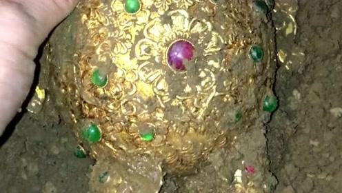 翻地时看到一个黄金制的杯子,上面镶满了宝石,一看就是达官贵人用的!