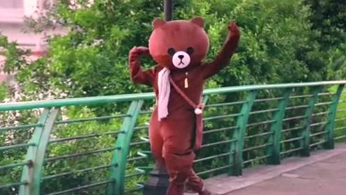 网红熊太有才了,发完传单就跑去尬舞,难怪这么讨人喜欢