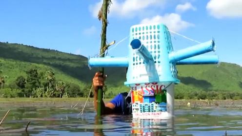 农村小伙自制环形水笼,往河水中一插,鱼儿接连顺着水管钻进去!