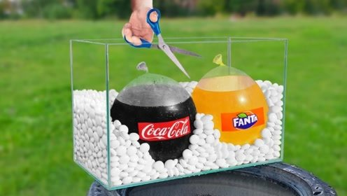 在一缸曼妥思中,同时混合可乐芬达会发生什么?画面太硬核!