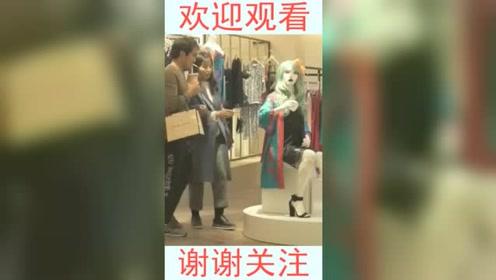 商场无意间拍到,这一幕把我看愣了,请不要乱拽人家的衣服!