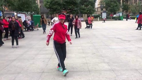 50岁阿姨跳鬼步舞,火热歌曲火热舞蹈,太好看了