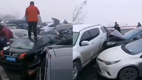 蓉遵高速37车连环相撞,致23人受伤,事故车辆一眼望不到头
