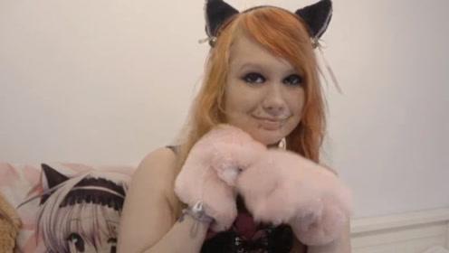 """坚信自己是""""猫女""""的女孩,不洗澡吃猫粮,过着猫一般的生活"""