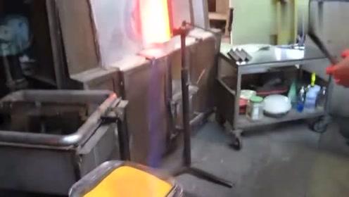 实拍工厂手工制作玻璃工艺品的过程,网友:看起来跟玩一样!