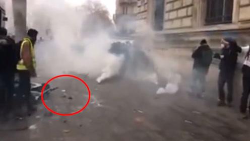 香港反对派记者被法国警察炸伤 网友喊话记协:怎么不出来谴责?