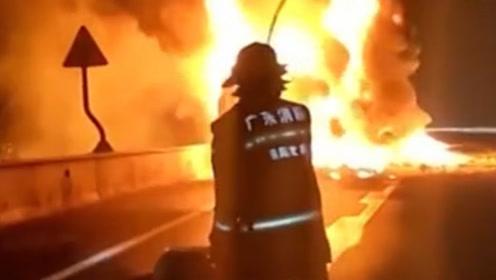 """行驶货车变""""火车"""" 消防队员天降""""水龙""""紧急扑救"""