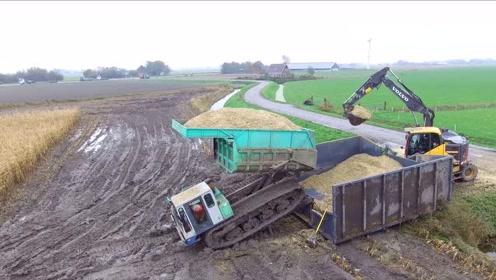 美国农用拖拉机真先进,这样的卸货方式很少见