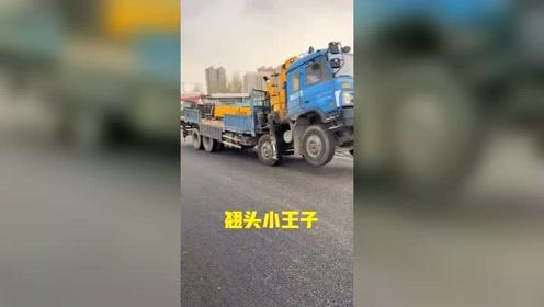 货车司机在用行动证明,遇到再大的困难,也绝不低头