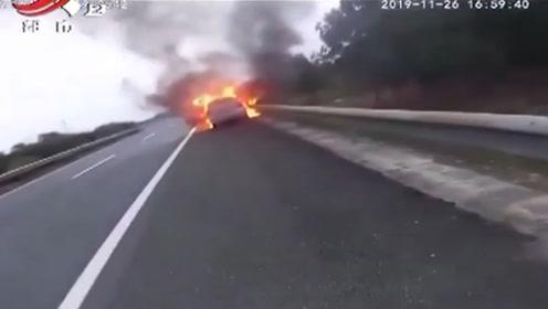 高速路上小车突发自燃 车子已被烧成空壳 所幸无人员伤亡!