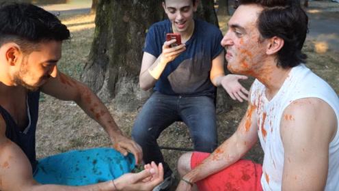 外国小哥喝番茄酱进行憋笑游戏,场面一度很混乱,有点好笑