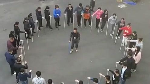 一个测试团队精神的游戏,所有人围成一个圈,手里拿着一根铁棍!
